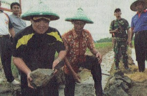 IRRIGATION: The Vice Regent of Cilacap, H. Akhmad Edi Susanto, Put the First Stone of JITUT Construction